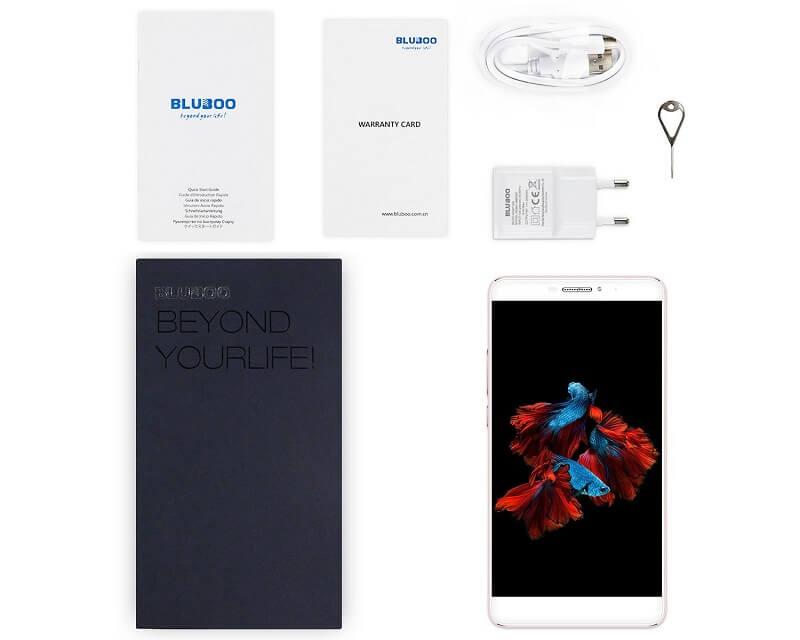Foto da Amazon del Bluboo Dual ed il contenuto della confezione