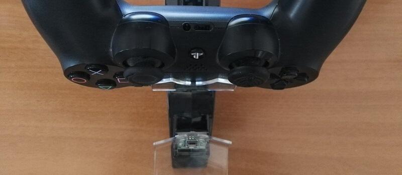 Collegamento di ricarica del pad PS4 tramite la presa micro USB alla docking station