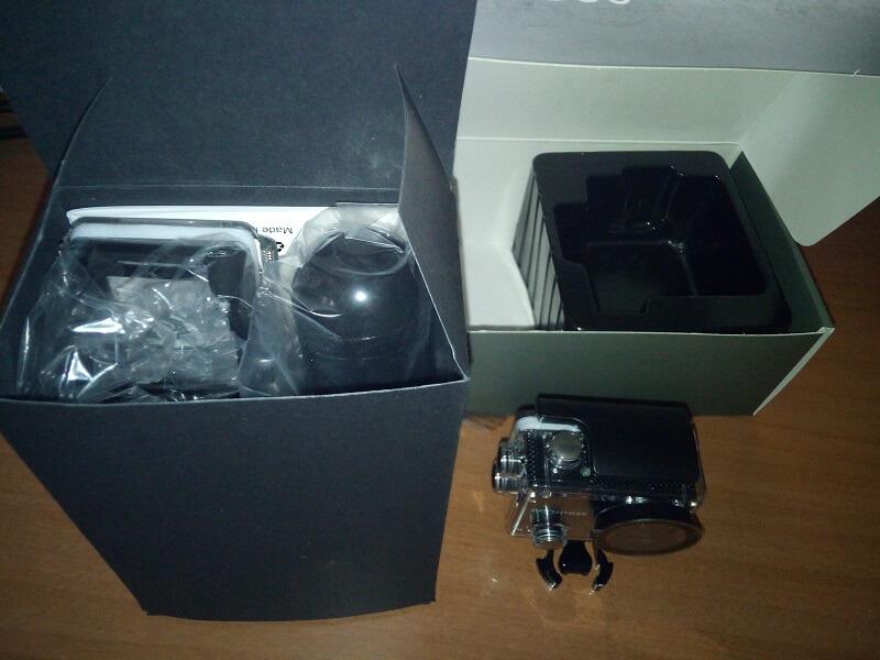 Confezione con action cam ed accessori del modello AC50 di Earthtree