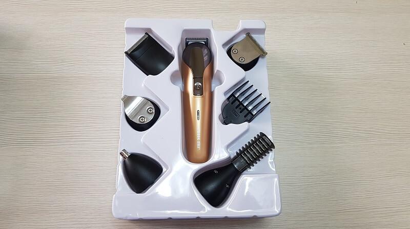 Tanti accessori differenti compresi nella confezione del rasoio elettrico Nikai